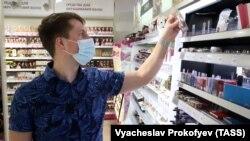 Покупатель в отделе косметики