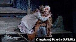Хелен Чума (Кацярына Жалудок) і калека Білі (Аляксандр Ніканенка). Фота: Уладзіслаў Рахуба