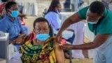 Koronavírus ellen oltanak be egy nőt Kampalában, az afrikai Ugandában 2021. május 31-én
