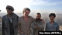 Dan Alexe cu elevii, viitori jurnaliști, ai stației de radio din Kabul