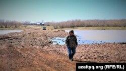Житель села Приречное Манарбек Боганулы идет по переправе через реку Селета. Акмолинская область, 20 апреля 2021 года.