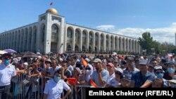 Кыргызстандык спортчуларды тосууга келген эл. Бишкек. Ала-Тоо аянты. 7-август, 2021-жыл.
