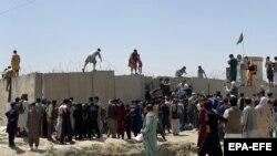 Елден кеткісі келген жұрт Кабулдағы Хамид Карзай халықаралық әуежайының дуалынан секіріп жатыр. 16 тамыз, 2021 жыл.