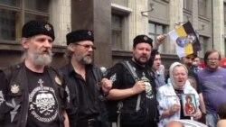 Православные активисты пикетируют Госдуму