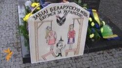 Білоруси в Празі вітають українців з Днем Незалежності біля пам'ятника Шевченкові