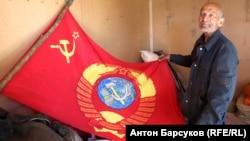 Советский флаг помог Анатолию Мешкову завоевать симпатии дальнобойщиков на трассе