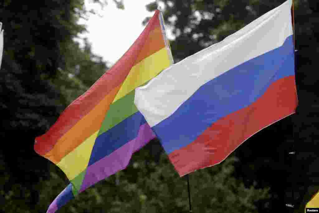 Российский и радужный флаги рядом - эту комбинацию в сегодняшней России увидишь нечасто.