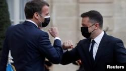 Президент Франции Эмманюэль Макрон и президент Украины Владимир Зеленский в Елисейском дворце. Париж, 16 апреля 2021 года