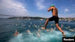 36-летний Борис Барциц первый из абхазов совершил позавчера, 23 июля, межконтинентальный заплыв через Босфор