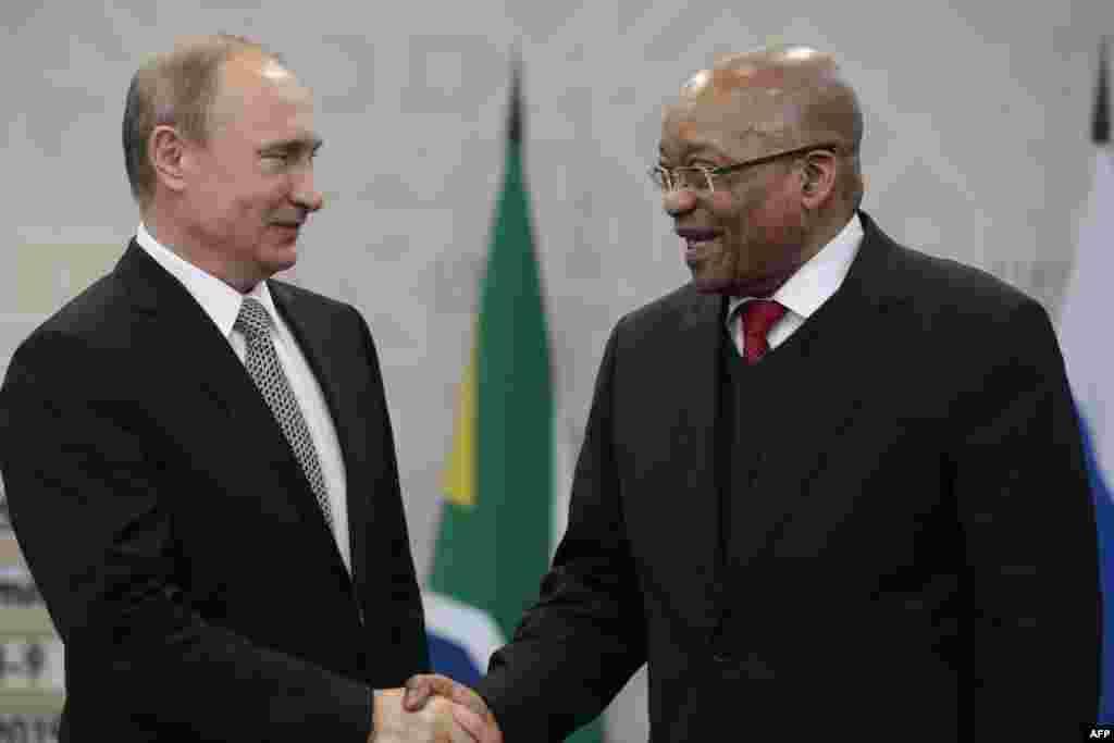 Ресей президенті Владимир Путин (сол жақта) Оңтүстік Африка республикасы президенті Джейкоб Зуманы қарсы алып тұр. 8 шілде 2015 жыл.