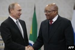 Президент России Владимир Путин и президент ЮАР Джейкоб Зума. Уфа, 8 июля 2015 года.