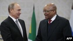 Ресей президенті Владимир Путин (сол жақта) және Оңтүстік Африка Республикасы президенті Джейкоб Зума. Уфа, 8 шілде 2015 жыл.