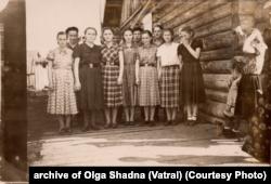 Ольга (у центрі) з подругами біля бараку. Кінець 1950-х років