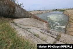 Apa este pompată electric din Dunăre, iar apoi este transportată prin conducte până într-un canal de irigații de unde fermierii trebuie să realizeze instalații proprii pentru a beneficia de apă pentru culturi