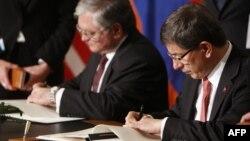 Edvard Nalbandian (solda) və Türkiyənin ovaxtkı xarici işlər naziri Ahmet Davutoğlu Sürix protokollarını 2009-cu il, oktyabrın 10-da imzalamışdılar