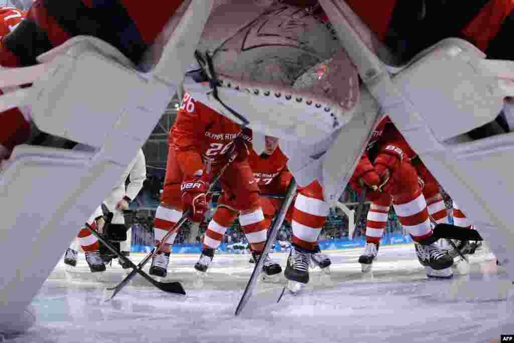 Хокей: хокеїсти з Росії скупчилися під час матчу зі Словенією у чоловічому попередньому турнірі. Росіяни виграли 8:2