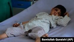 کودکی که در جریان درگیری طالبان با نیروهای افغان در ولایت کندز زخمی شده برای درمان به شفاخانه منتقل شده است June 24, 2021