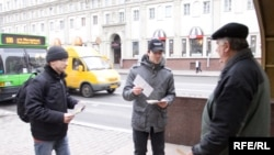 Праваабаронцы Раман Кісьляк і Андрэй Сушко раздаюць буклеты супраць сьмяротнага пакараньня, архіўнае фота.