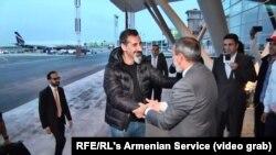 Встреча вокалиста System of a Down Сержа Танкяна (в центре) и армянского политика, будущего премьера Никола Пашиняна, Ереван, 7 мая 2018 года