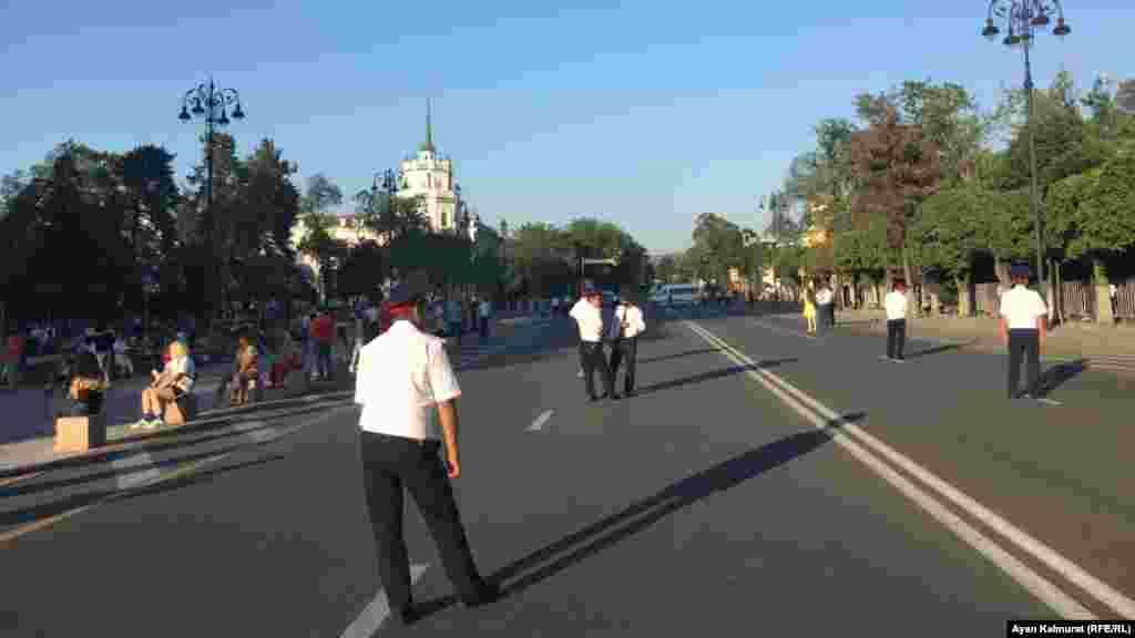 Сотрудники полиции на площади Астана, где проходил праздничный концерт. Алматы, 6 июля 2018 года.