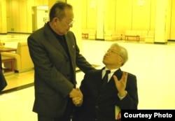 """Омар Кан (слева), президент организации """"Корейская ассоциация Котонрён"""", Юн Киль Сан, управляющий делами всеамериканской ассоциации соотечественников. Пхеньян, декабрь 2011 года."""