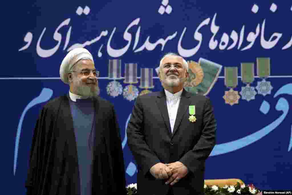ИРАН - Иранскиот претседател Хасан Рохани му се заблагодари на министерот за надворешни работи Мохамед Џавад Зариф за неговата служба, но не прецизираше дали ќе ја прифати неговата ненадејна оставка. Рохани рече дека Зариф бил на фронтот во битката против САД, непријателот на Техеран, објави државната новинска агенција ИРНА.