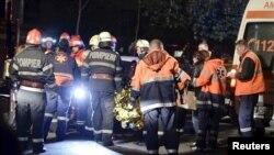 Пожежники працюють на місці трагедії в нічному клубі Colectiv у столиці Румунії Бухаресті