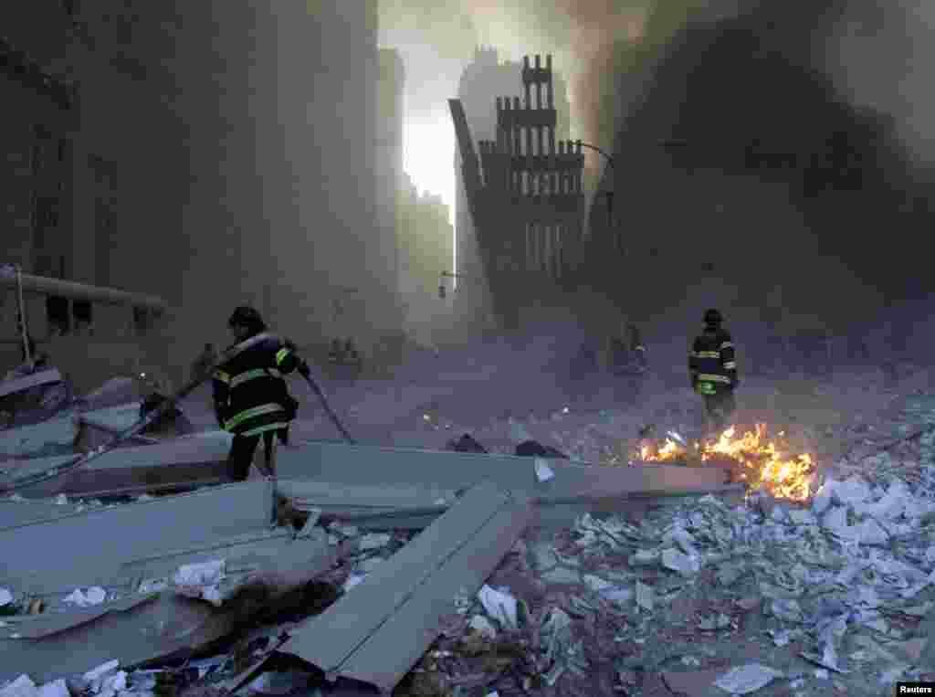 Апат орнына келген өрт сөндірушілер. Нью-Йорк,11 қыркүйек 2001 жыл.