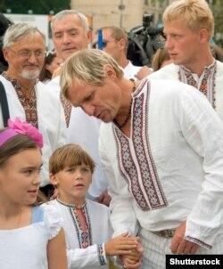 Олег Скрипка (на передньому плані з дітьми) під час відзначення Дня Незалежності. Київ, 24 серпня 2011 року