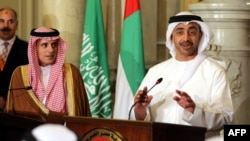 عبدالله بن زاید آل نهیان، وزیر خارجه امارات (سمت راست) به همراه همتای سعودی خود عادل الجبیر