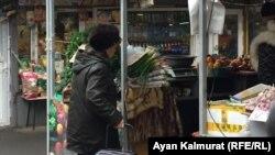 Алматылық зейнеткер Мигинур Кударбекова базарлап жүр. 11 желтоқсан 2018 жыл, Алматы.