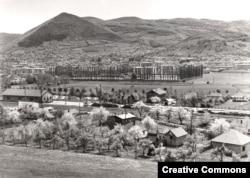 Високо и холм Височица на фото 1970-х годов. Город находится к северу от столицы Боснии, Сараево.