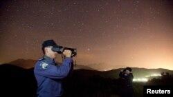 Pjesëtarët e policisë kufitare të Koracisë e kontrollojnë terrenin me kamera speciale