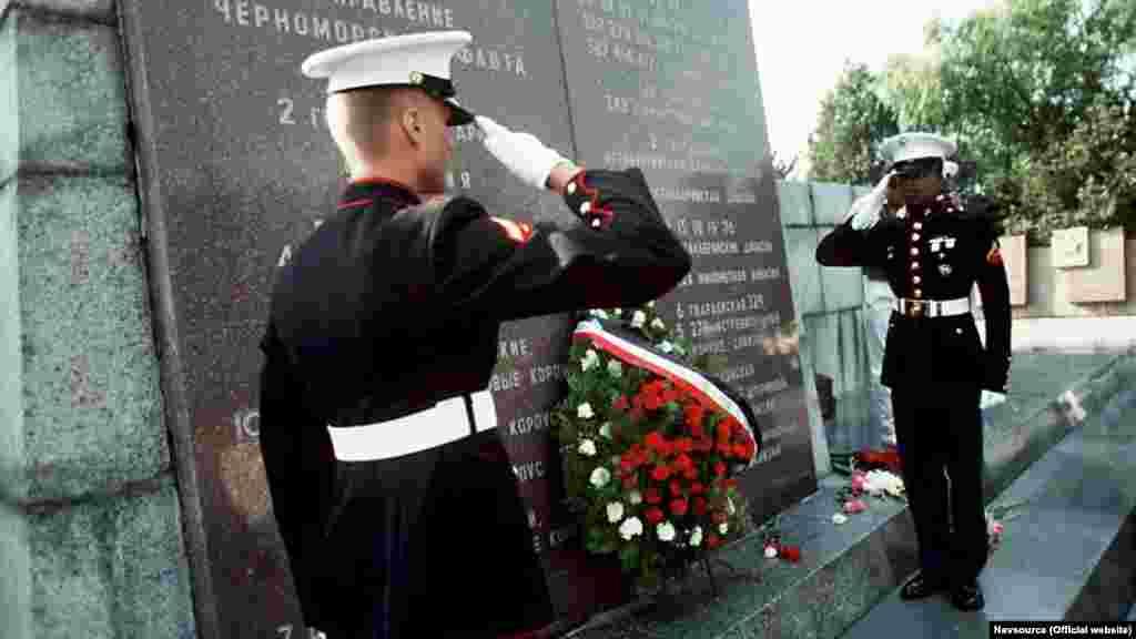 Були також «чергові» покладання вінків до меморіалу захисникам Севастополя і футбольний матч, результат якого історія не зберегла