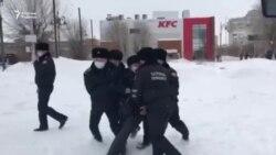 Ақтөбеде полиция наразыларды күштеп ұстады. Оралда белсенділер билікке талап айтты