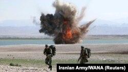دو سرباز ارتش در جریان رزمایش فاتحان خیبر در شمال غرب ایران
