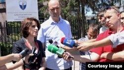 Deputetët e Vetëvendosjes, Visar Ymeri dhe Albana Gashi flasin para kamerave në afërsi të Gjykatës Kushtetuese, 01 Gusht 2013