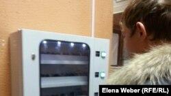 Кондомат алдында тұрған жас жігіт. Теміртау, 29 қаңтар 2015 жыл.
