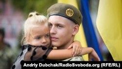 Брат обіцяє захищати і сестру, і всю Україну. Під час відзначення Дня знань у ліцеї імені Івана Богуна. Київ, 1 вересня 2017 року (ілюстраційне фото)