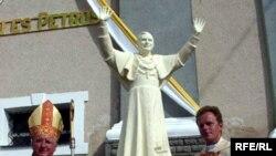 Статуя Бенедикта XVI в Белоруссии уже есть