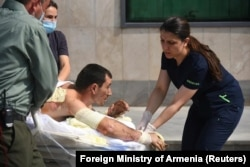 МИД Армении опубликовал фотографию, на которой медики оказывают медицинскую помощь гражданскому населению, вероятно, пострадавшему в результате боевых действий.