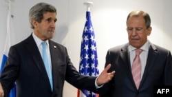 АҚШ мемлекеттік хатшысы Джон Керри (сол жақта) мен Ресей сыртқы істер министрі Сергей Лавров.