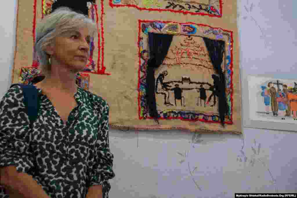Італійська художниця Емілія Персеніко малює та створює об'єкти, присвячені домашньому насильству. «Ця проблема є усюди, – каже вона. – І в Італії, і в Сполучених Штатах, і в Україні».