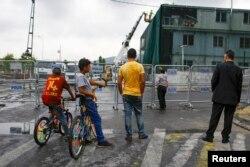 Türkiyə - İnsanlar İstanbulda hücuma məruz qalmış polis bölməyə baxırlar, 10 avqust