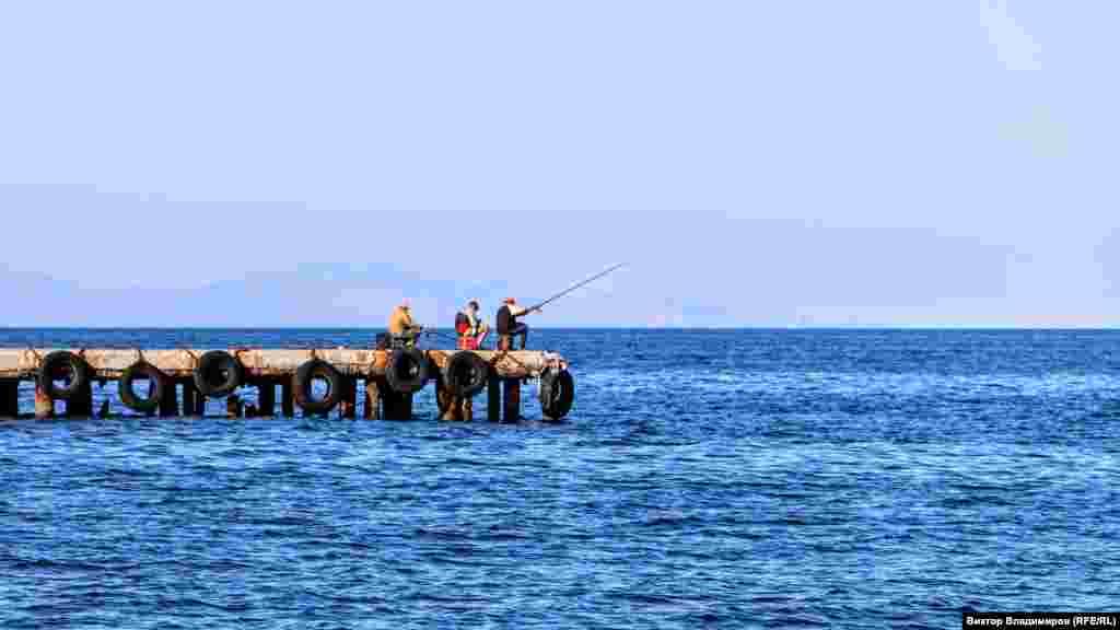 Пока здесь можно встретить рыбаков и редких купающихся
