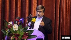 علی جنتی، وزیر فرهنگ و ارشاد اسلامی میگوید که کنار گذاشتن سانسور کتاب در ایران امکانپذیر نیست.