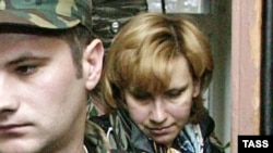 Svetlana Bakhmina leaves a Moscow court in 2005.