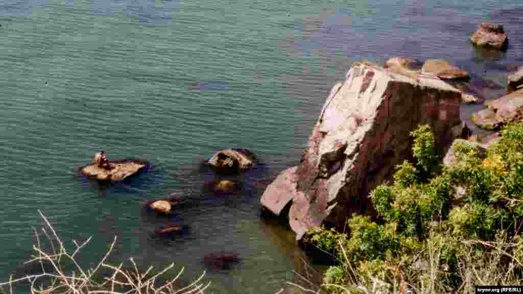 Вдоль береговой линии лежит путь к Сырной скале и храму-маяку святого Николая Чудотворца