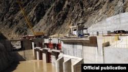 Сүрөттө: Камбар-Ата-2 ГЭСи. Жаңы курулчу Камбар-Ата-1 ГЭСинин кубаттуулугу 1 млн. 900 кВт болуп, өлкөдөгү эң ири ГЭСтердин бири болмокчу.
