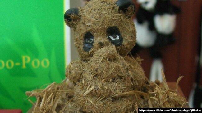 """""""Статуэтку"""" панды из какашек этого животного можно приобрести в Центре изучения панды в Чэньду. Стоит она довольно дорого - около 70 долларов США"""